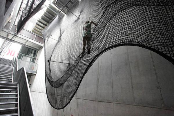 راه پله معلق و ترکیب با هنر مدرن