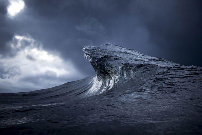 عکاسی خلاقانه که موج را به کوه تبدیل میکند