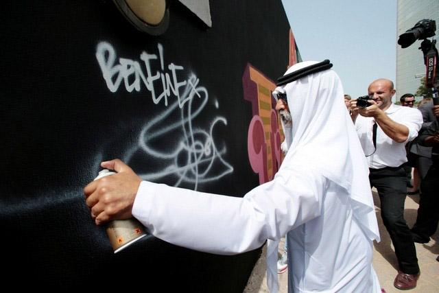 تایپوگرافی بروی دیوار سفارت بریتانیا در ابوظبی